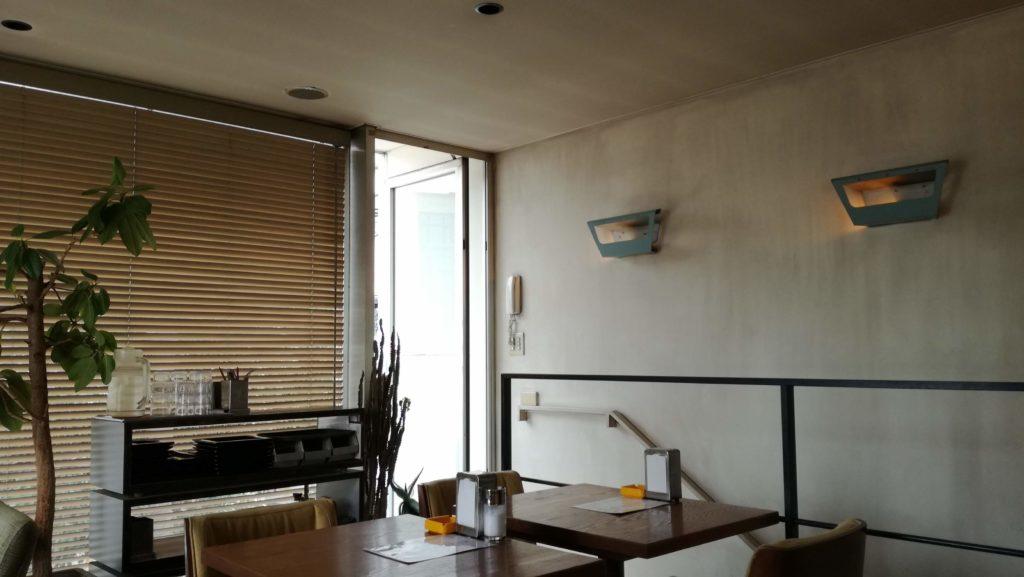 落ち着く雰囲気のカフェの店内