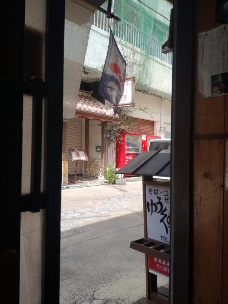 石垣島ゆうくぬみ店内から外を覗く
